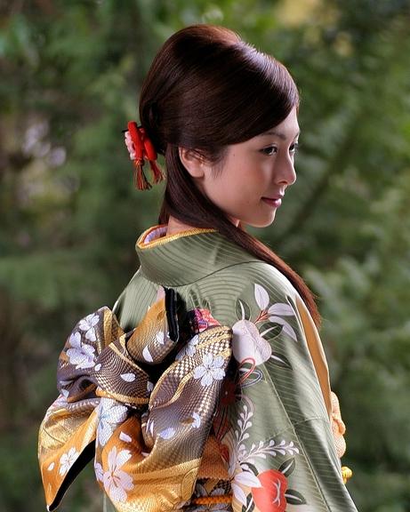 gadis jepang memakai kimono