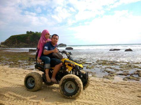 Main ATV di Pantai Klayar