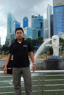 Maskot Temasek, bukan saya tapi belakang saya